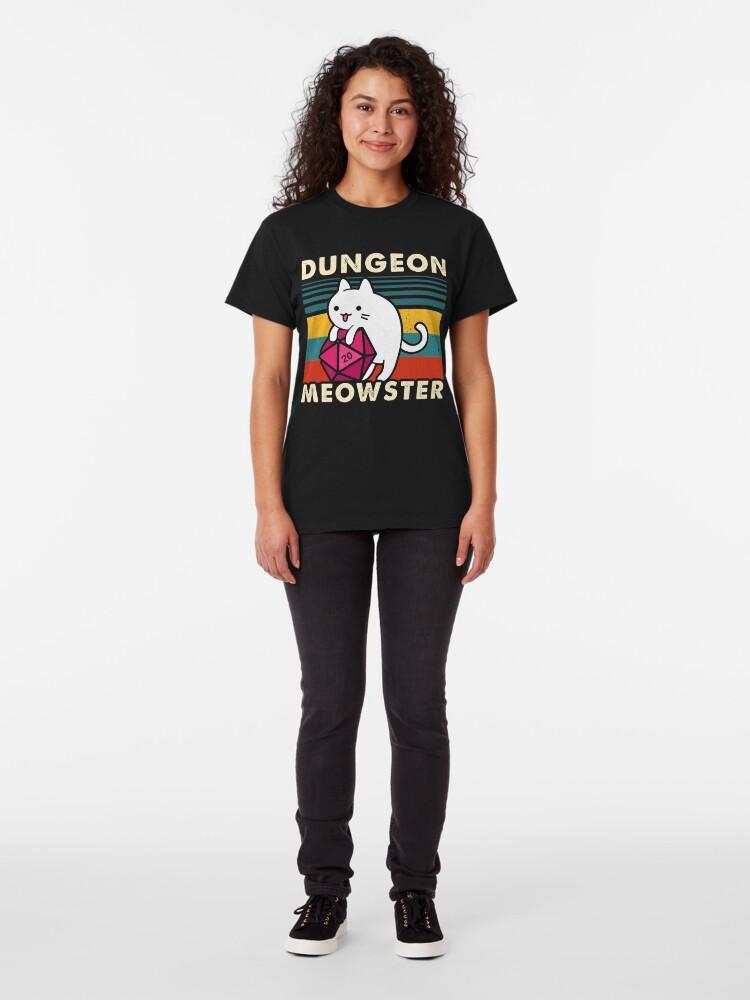 Vista alternativa de Camiseta clásica Dungeon Meowster Divertido DnD Tablero Gamer Cat D20