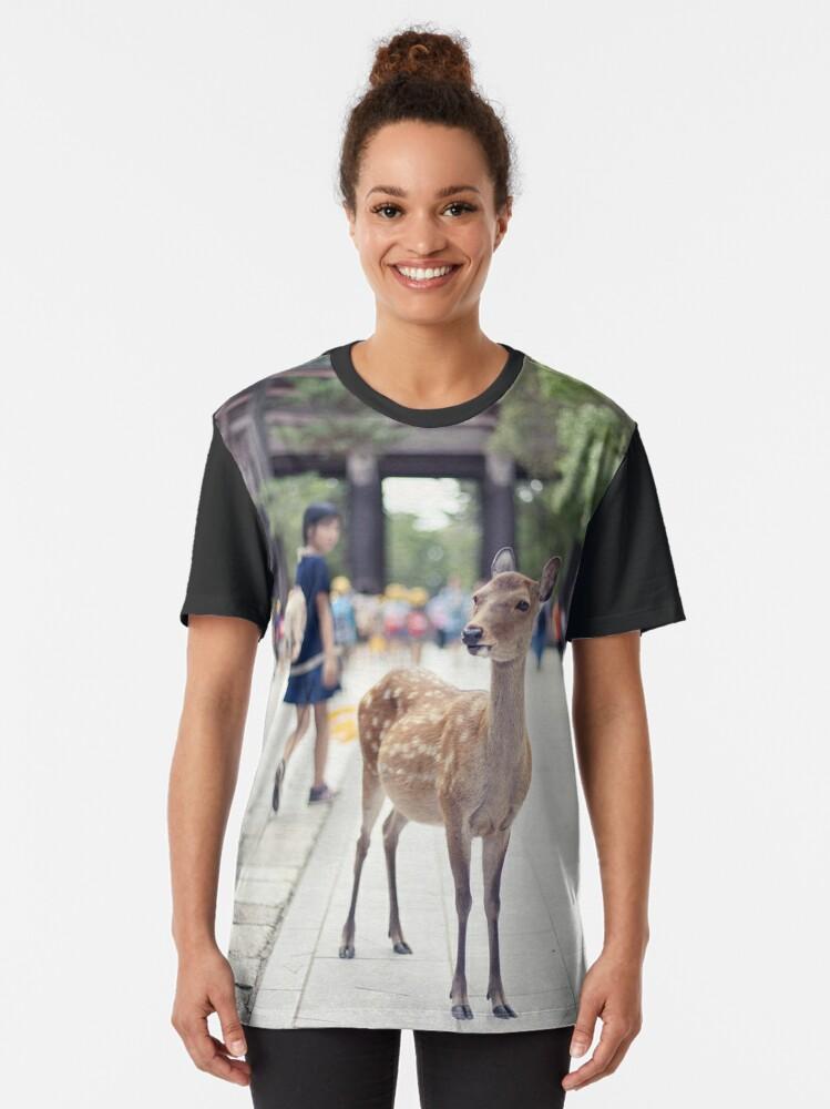 T-shirt graphique ''Biche Nara Fille': autre vue