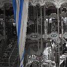 Karussell mit einem schönen gestreiften Vorhang von kennasato