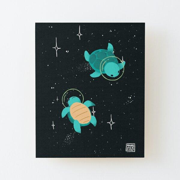 Space Turtles Aufgezogener Druck auf Holz