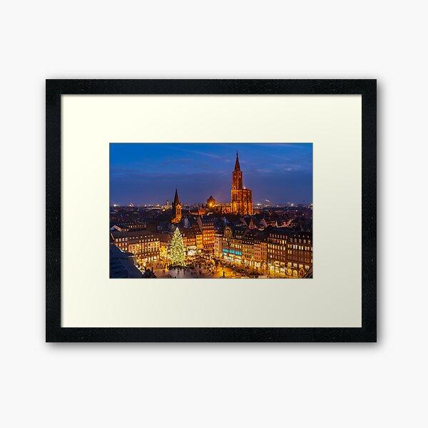 Grand sapin de noël et la Cathédrale de Strasbourg Impression encadrée
